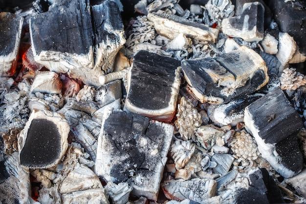 Closeup de carvões de madeira em decomposição e cinzas no braseiro