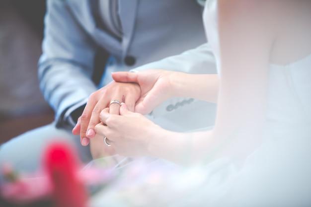 Closeup de casal no dia do casamento