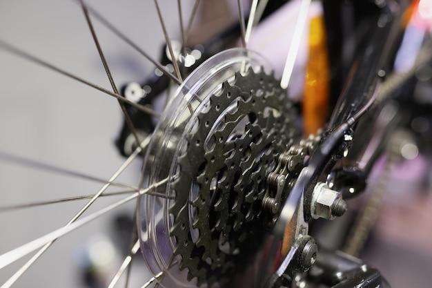 Closeup de cassete de bicicleta de metal com corrente no conceito de manutenção de bicicleta de roda