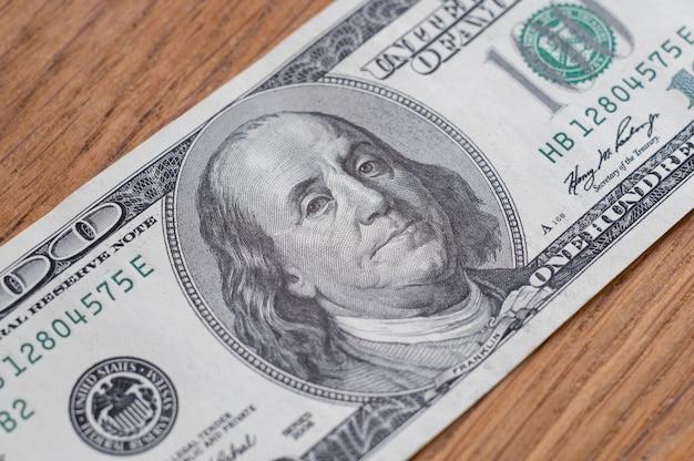 Closeup de cem dólares, finanças e mercado de ações