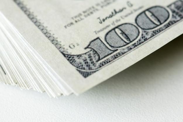 Closeup de cem notas de dólar