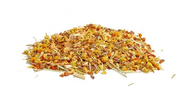 Closeup de chá de ervas natural feito de várias ervas secas soltas, isoladas no branco