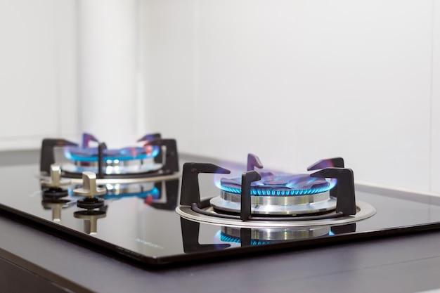 Closeup de chamas do fogão a gás incorporado no balcão da cozinha.
