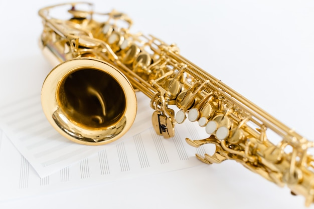 Closeup de chaves de saxofone