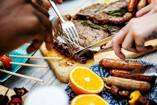 Closeup de comida grelhada caseira na festa de verão de mesa de madeira
