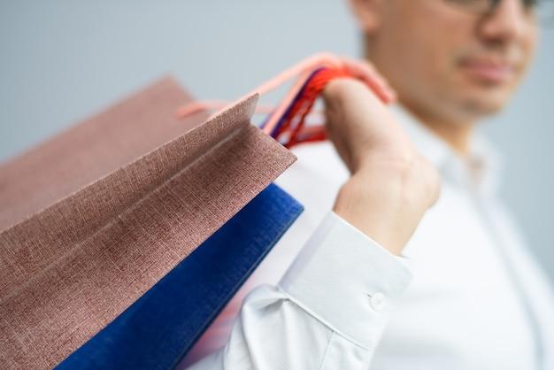 Closeup, de, comprador, carregar, bolsas para compras, ligado, ombro