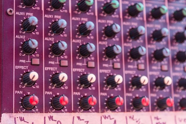 Closeup de console de mixagem de áudio
