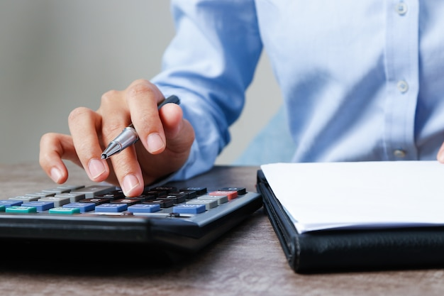 Closeup, de, contador, usando, calculadora