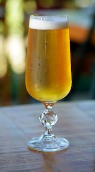 Closeup de copo suado de cerveja