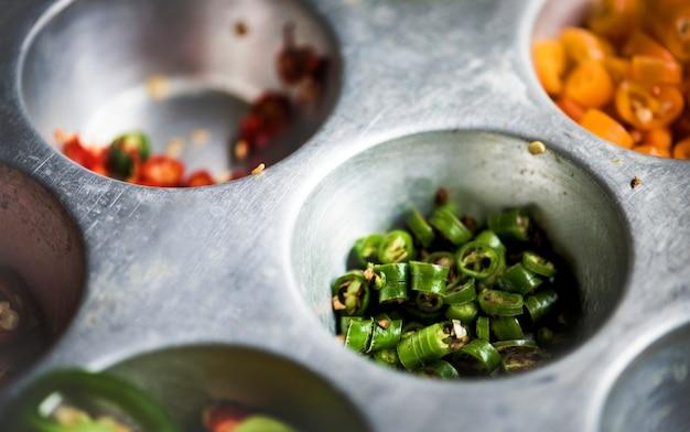 Closeup, de, corte, pimentas pimenta-malagueta, em, metal, bandeja