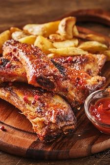 Closeup de costela de porco grelhada com molho de churrasco e caramelizada no mel.