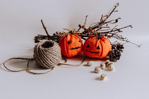 Closeup de decorações de halloween em fundo branco