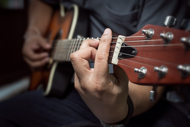 Closeup de dedos tocando violão