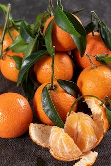 Closeup de deliciosas tangerinas com folhas