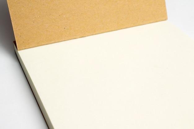 Closeup de diário aberto em branco com capa dura de papelão isolada