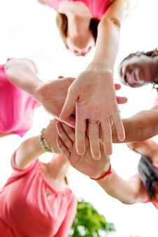 Closeup de diversas mulheres unem as mãos juntas, trabalho em equipe