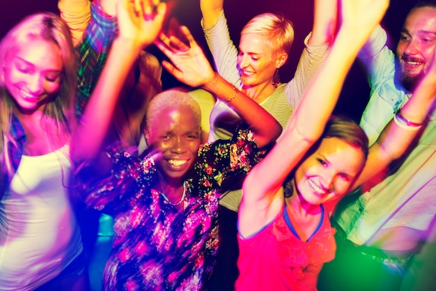 Closeup, de, diverso, amigos, desfrutando, dançar, junto