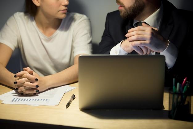 Closeup, de, dois, discutir, colegas negócio, em, noturna, escritório