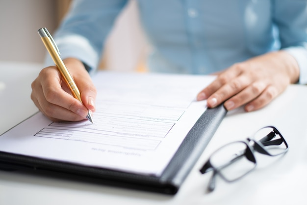 Closeup, de, empreendedor, fazer anotações, em, documento