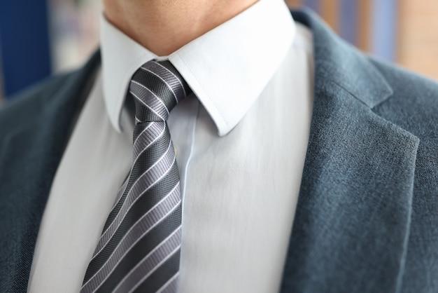 Closeup de empresário de gravata listrada e jaqueta
