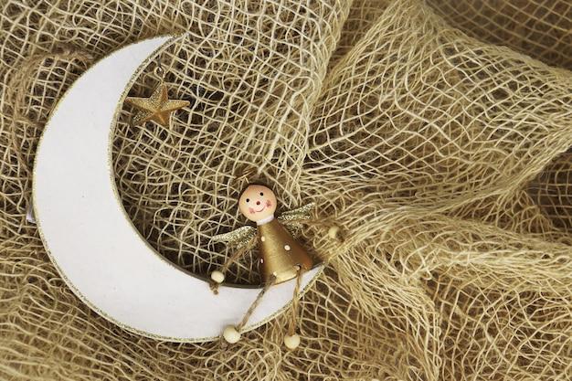 Closeup de enfeites de natal feitos à mão para decoração em fundo rústico