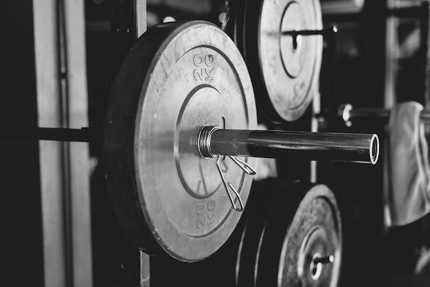 Closeup de equipamentos de levantamento de peso em preto e branco