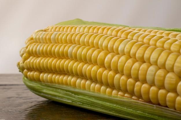 Closeup de espiga de milho descascada com fundo branco