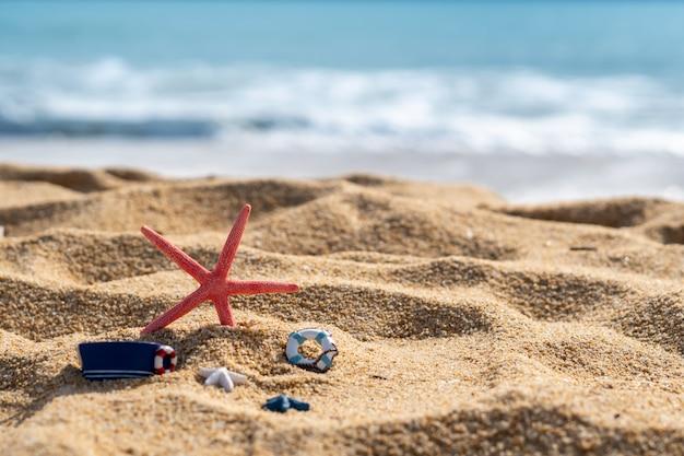 Closeup de estrelas do mar na praia tropical, conceito de férias de verão