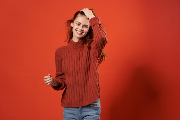 Closeup de estúdio com fundo vermelho de mulher bonita alegre