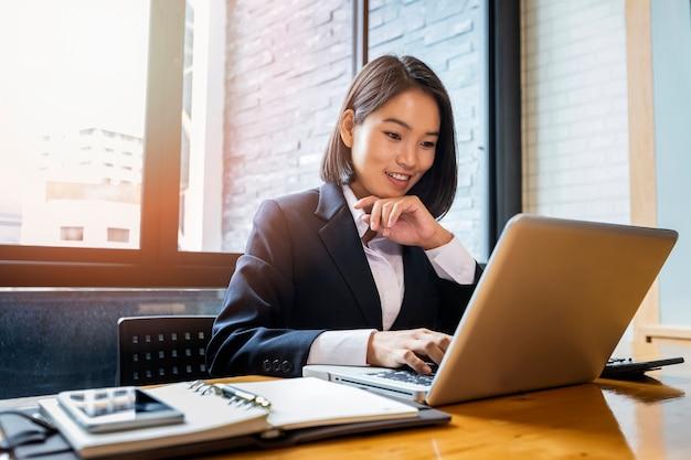 Closeup, de, executiva, usando computador portátil, em, escrivaninha escritório