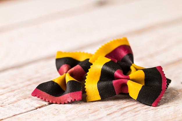 Closeup, de, farfalle, macarronada, ligado, branca, madeira
