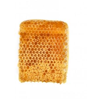 Closeup de fatia de favo de mel amarelo isolado no fundo branco