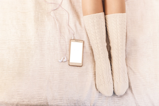 Closeup, de, femininas, pernas, em, cor-de-rosa, meias, perto, um, telefone pilha
