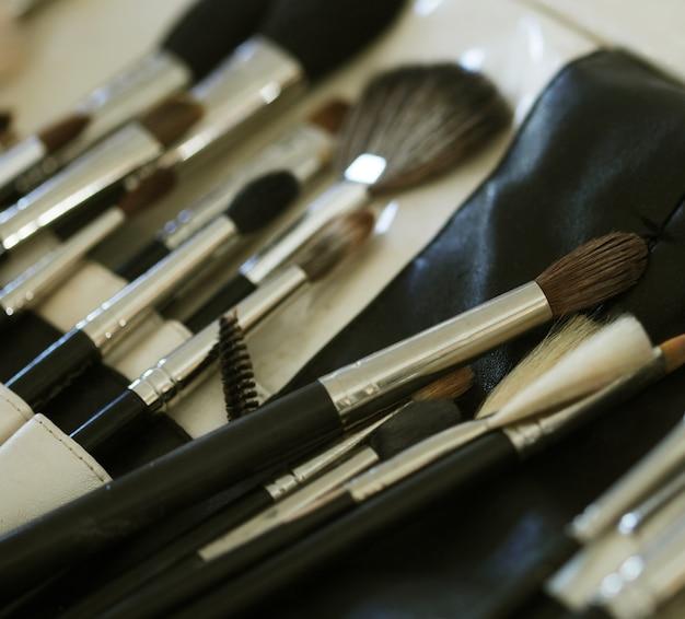 Closeup de ferramentas de maquiagem em seu suporte