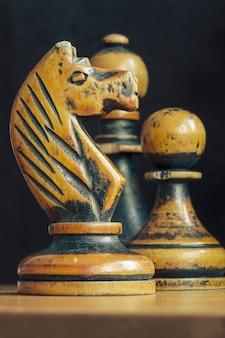 Closeup de figuras de xadrez vintage com foco no cavalo