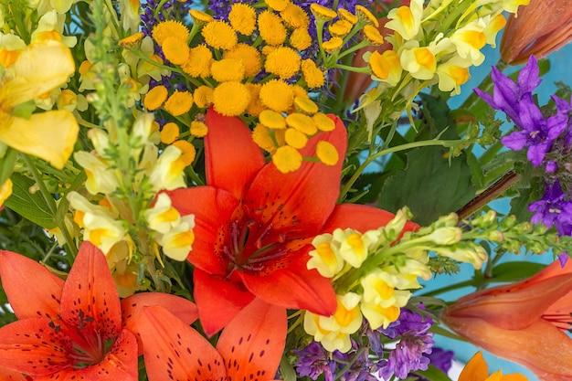 Closeup de flores silvestres brilhantes como pano de fundo do verão.