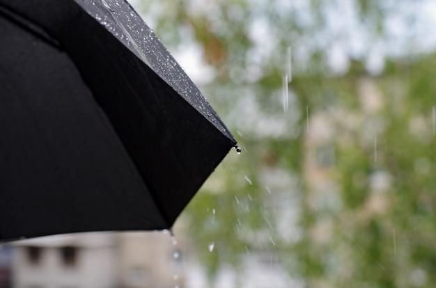 Closeup de gotas de chuva e guarda-chuva