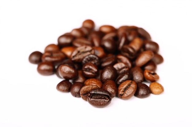 Closeup de grãos de café com foco em um