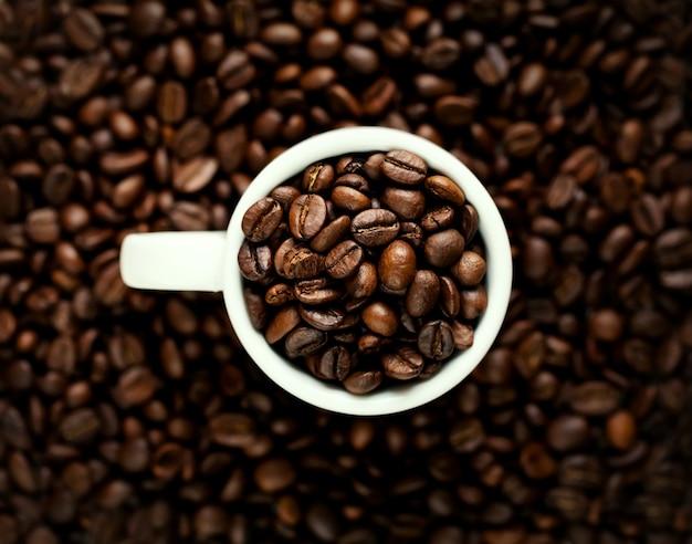 Closeup de grãos de café em xícara branca