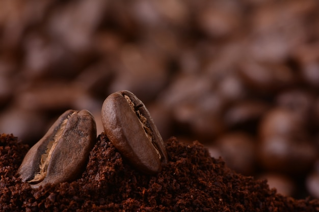 Closeup de grãos de café na pilha de café torrado. feijão de café em macro café moído. torrefação de café árabe - ingrediente de bebida quente