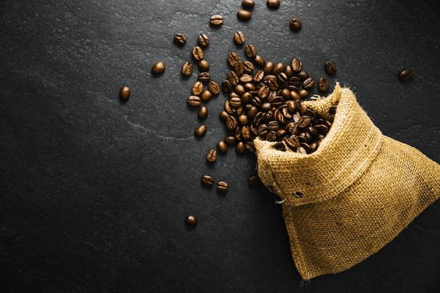 Closeup de grãos de café no saco de juta