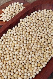 Closeup de grãos de soja na bandeja de madeira
