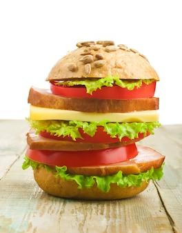 Closeup de hambúrguer caseiro com legumes frescos
