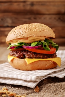 Closeup de hambúrguer caseiro em madeira