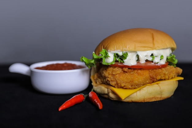 Closeup de hambúrguer de frango crocante