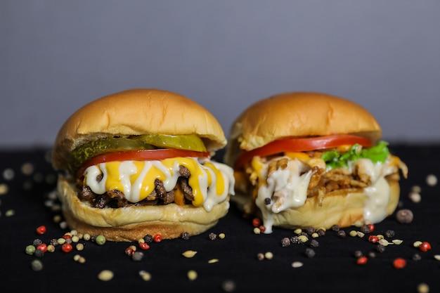 Closeup de hambúrguer de frango e hambúrguer de carne