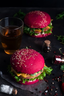 Closeup de hambúrgueres caseiros com alface e salsicha