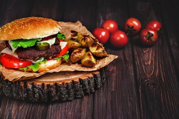 Closeup de hambúrgueres de carne caseira com alface e maionese