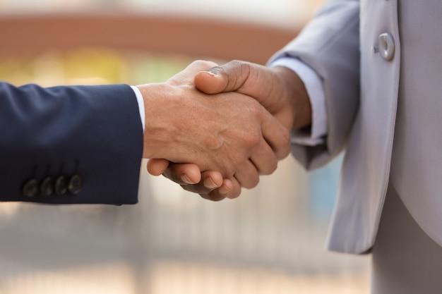 Closeup de handshake de líderes de negócios