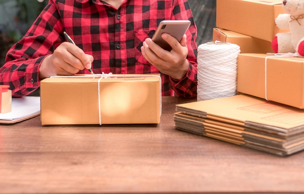 Closeup, de, homem, embalagem, caixa papelão